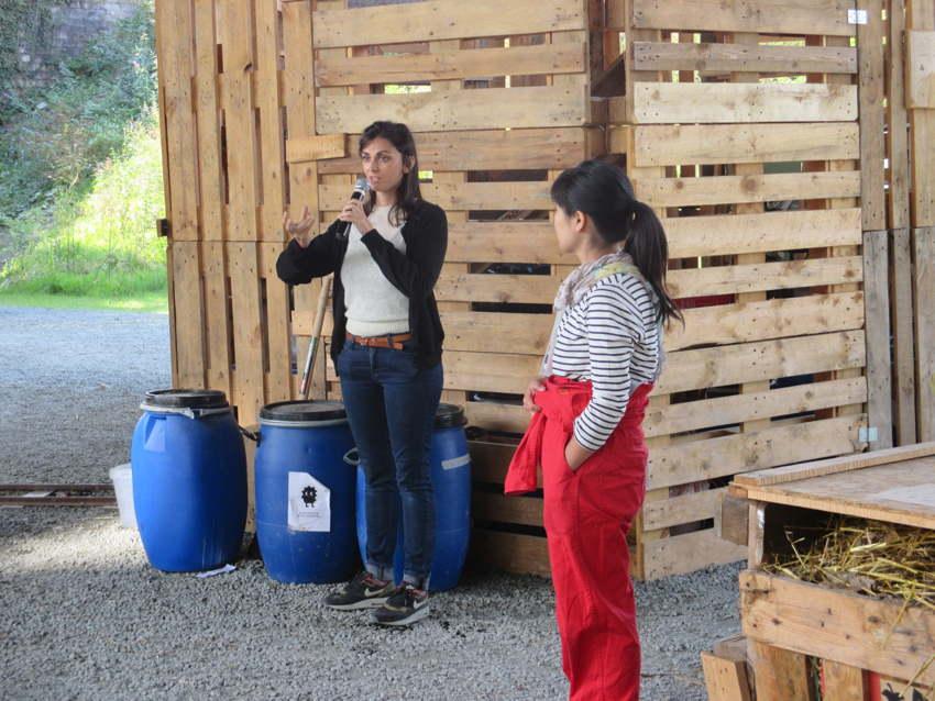 Die Künstlerin Valentina Karga von COLLECTIVE DESASTER erklärt das Projekt; rechts die Berliner Künstlerin Ayumi Matsuzaka, die zusammen mit Haiko Pieplow bei der Konzeption des Projektes mitgeholfen hatte.
