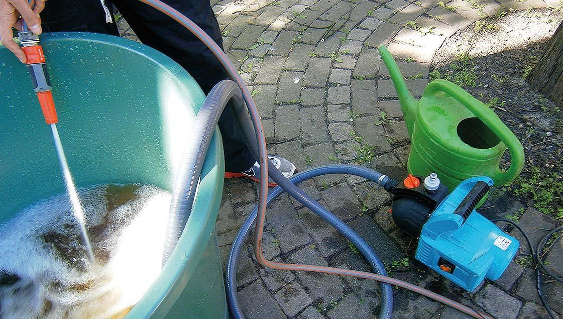 EM, Wasser, Regentonne und eine Gartenpumpe