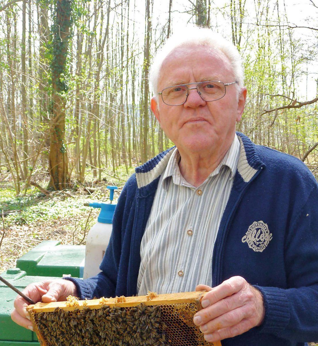 Friedrich Blase an einem seiner Bienenstände