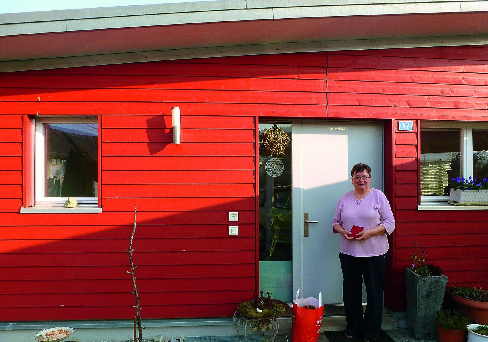 Evi Heim vor ihrem Haus, das vor sieben Jahren mit Zuhilfenahme der EM-Technologie gebaut worden ist.