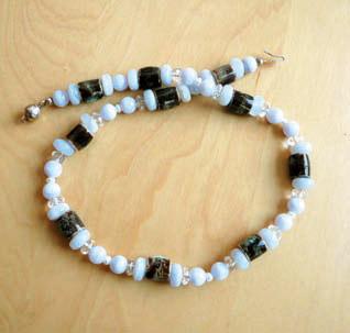 EM-Keramik-Chalzedon Halskette