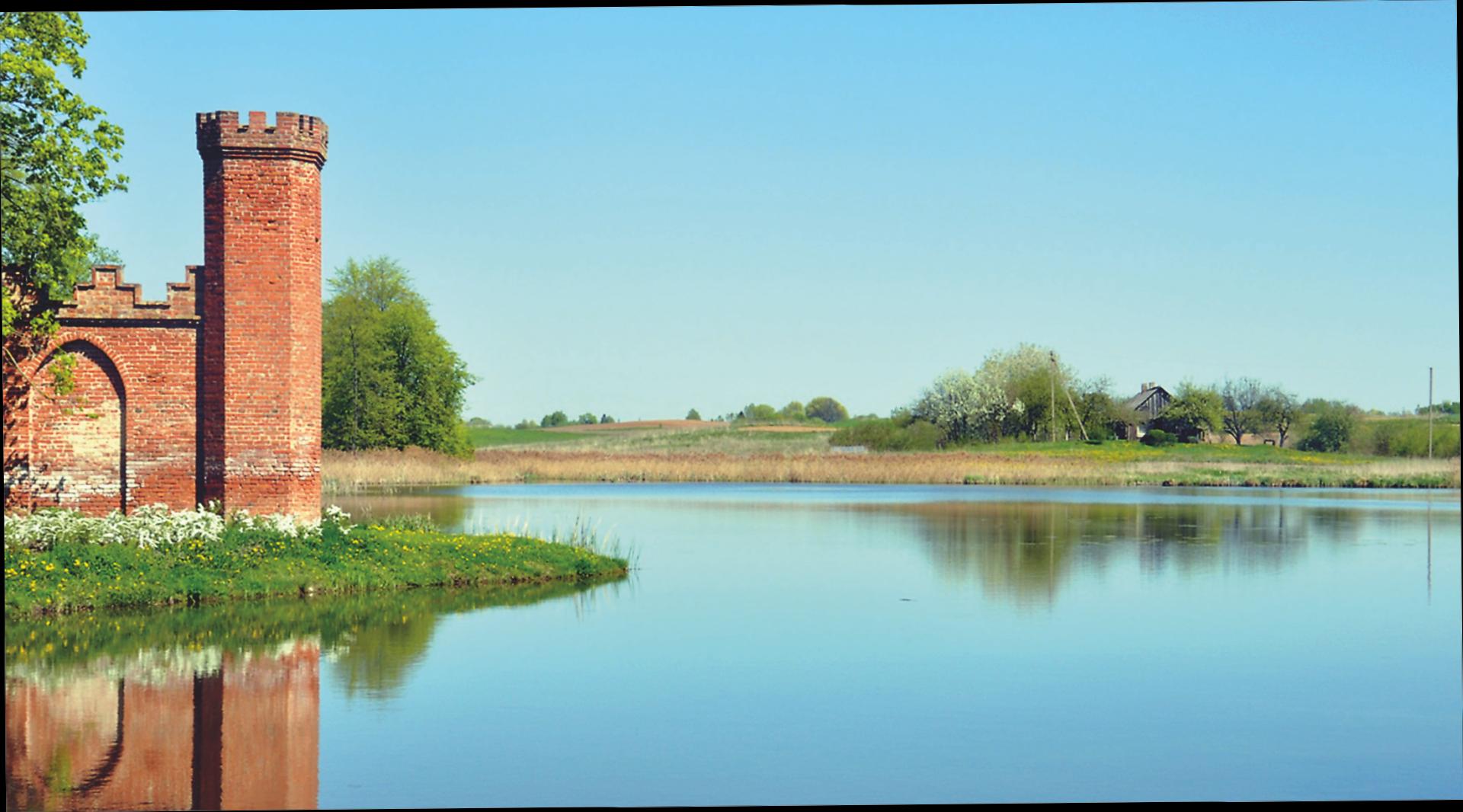 Wasserflächen und historisierende Gebäude gehören zum Landschaftspark des litauischen Guts.