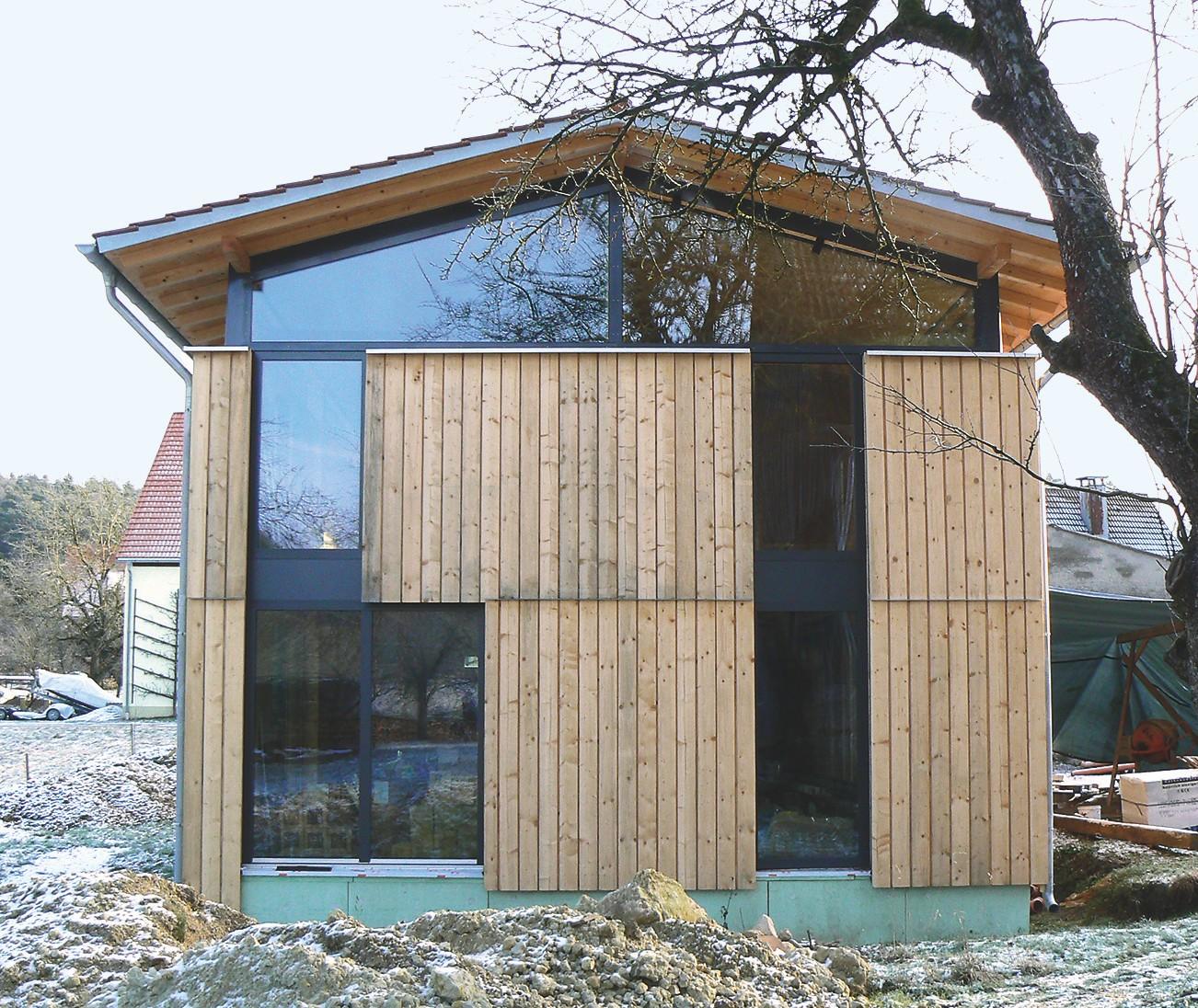 Mit vorwiegend Glas und Holz prägen natürliche Materialien diesen Neubau von Jürgen Feistauer.