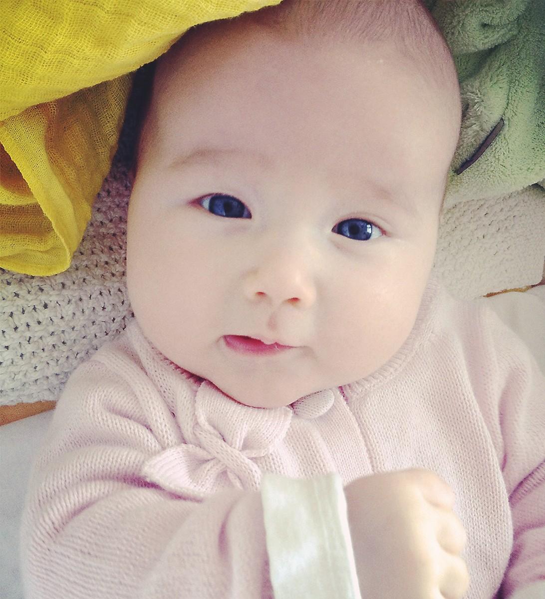 Zufriedene Enkeltochter mit glatter Babyhaut