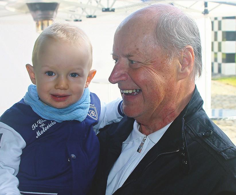 Der Großvater mit dem Enkel