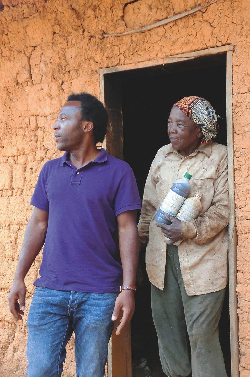 Besuch bei einer allein wirtschaftenden Bäuerin mit Morin Kamga Fobissiek, der die Reise organisiert hatte.