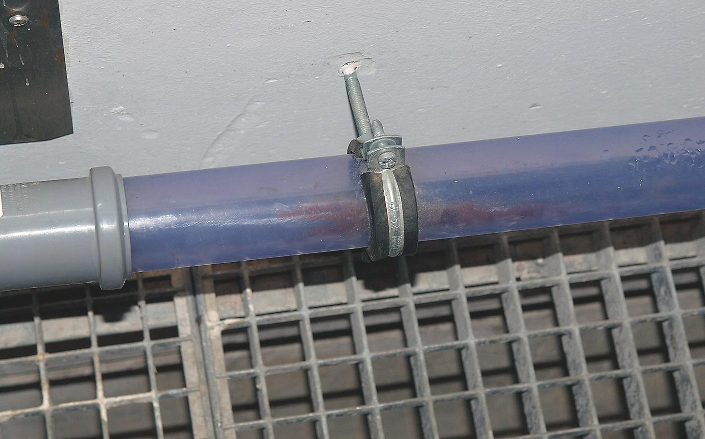 Die schmalen Abflussrohre (80 mm) sind bewusst transparent