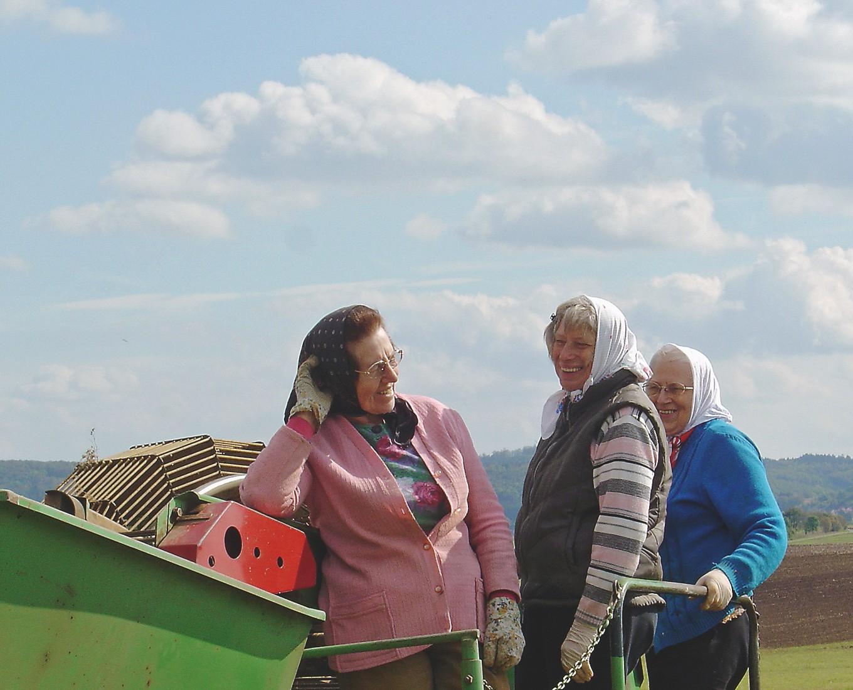 Tragende Säulen bei der Kartoffelernte – von links: Katharina Pfister, Barbara Maichle, Seniorchefin Klara Pfister