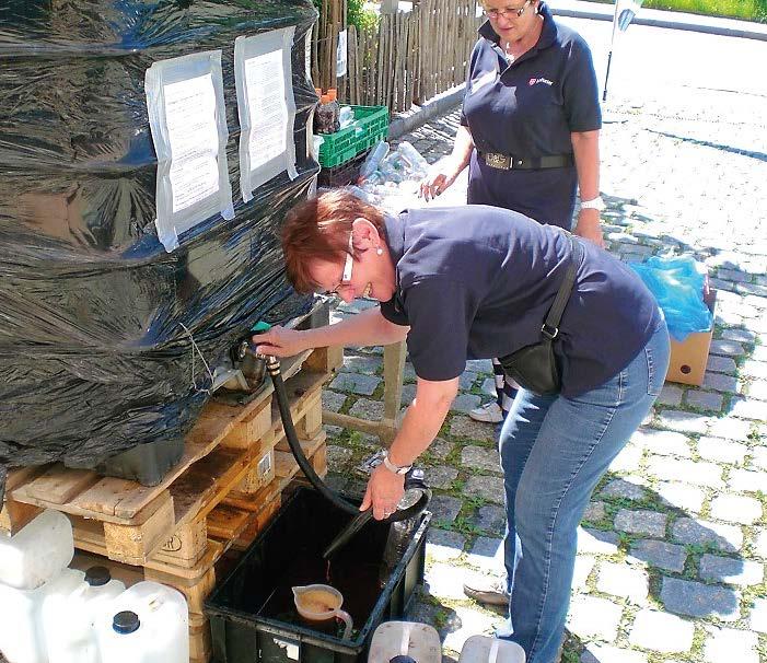 Zwei Helferinnen füllen Kanister in Deggendorf ab.