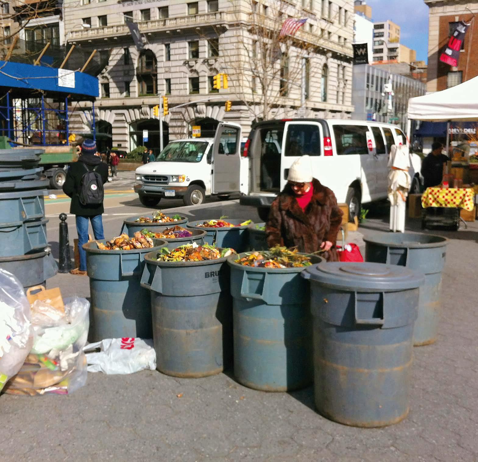 Bioabfälle des Gemüsemarkts auf dem Union Square werden gesammelt.
