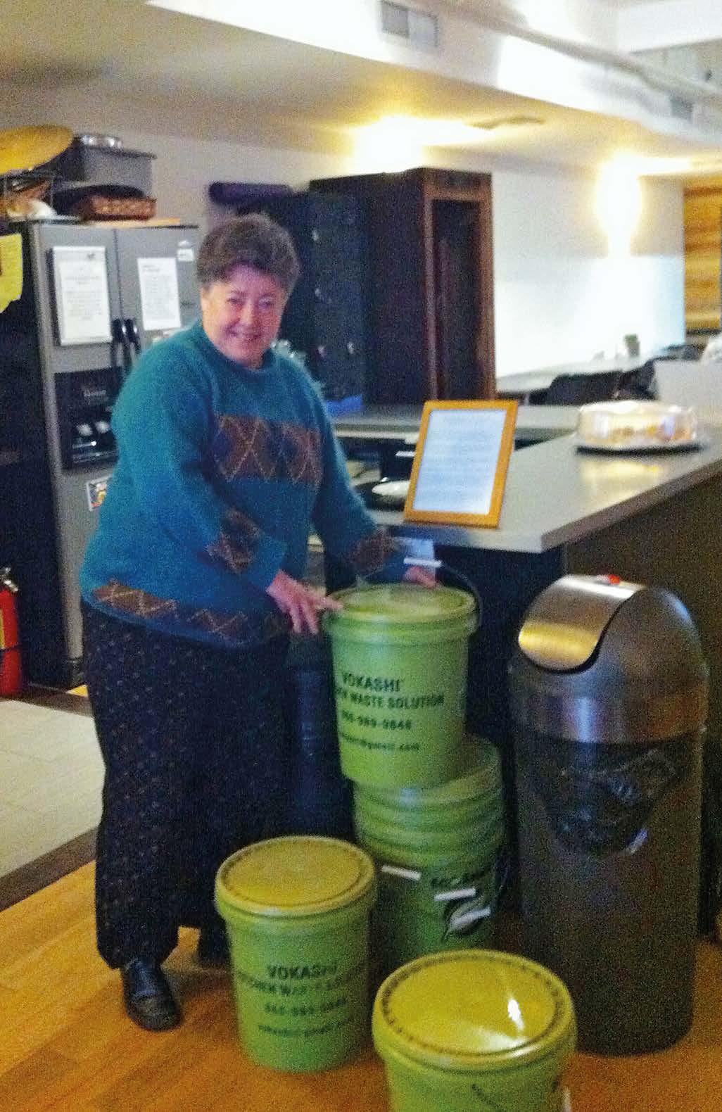 Vandra Thorburn wechselt in einem Manhattener Großraumbüro leere Eimer gegen volle aus.