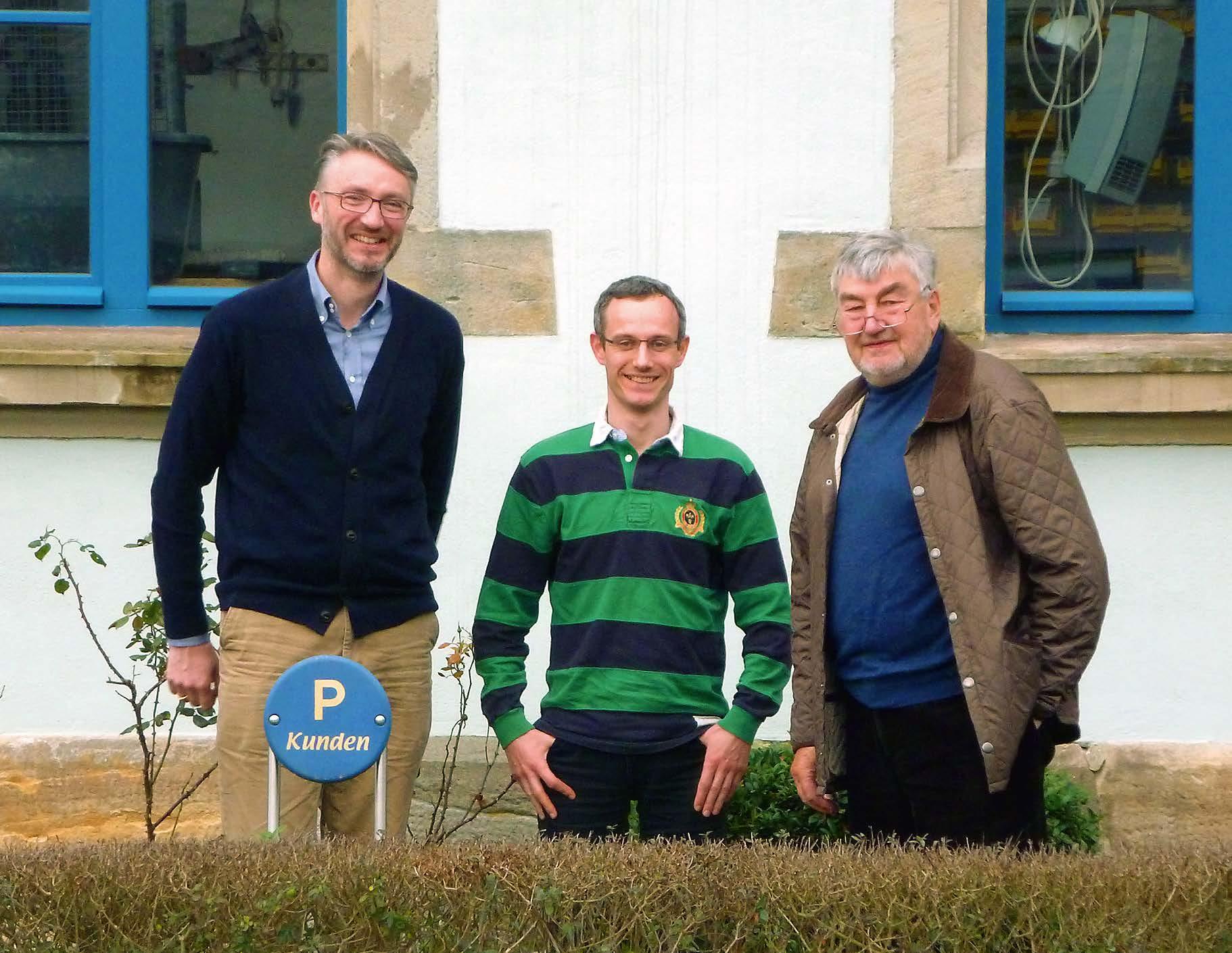 Fabian Denk, Gerben van Limpt, Franz Denk vor dem Firmensitz, der ehemaligen Schule des Ortes