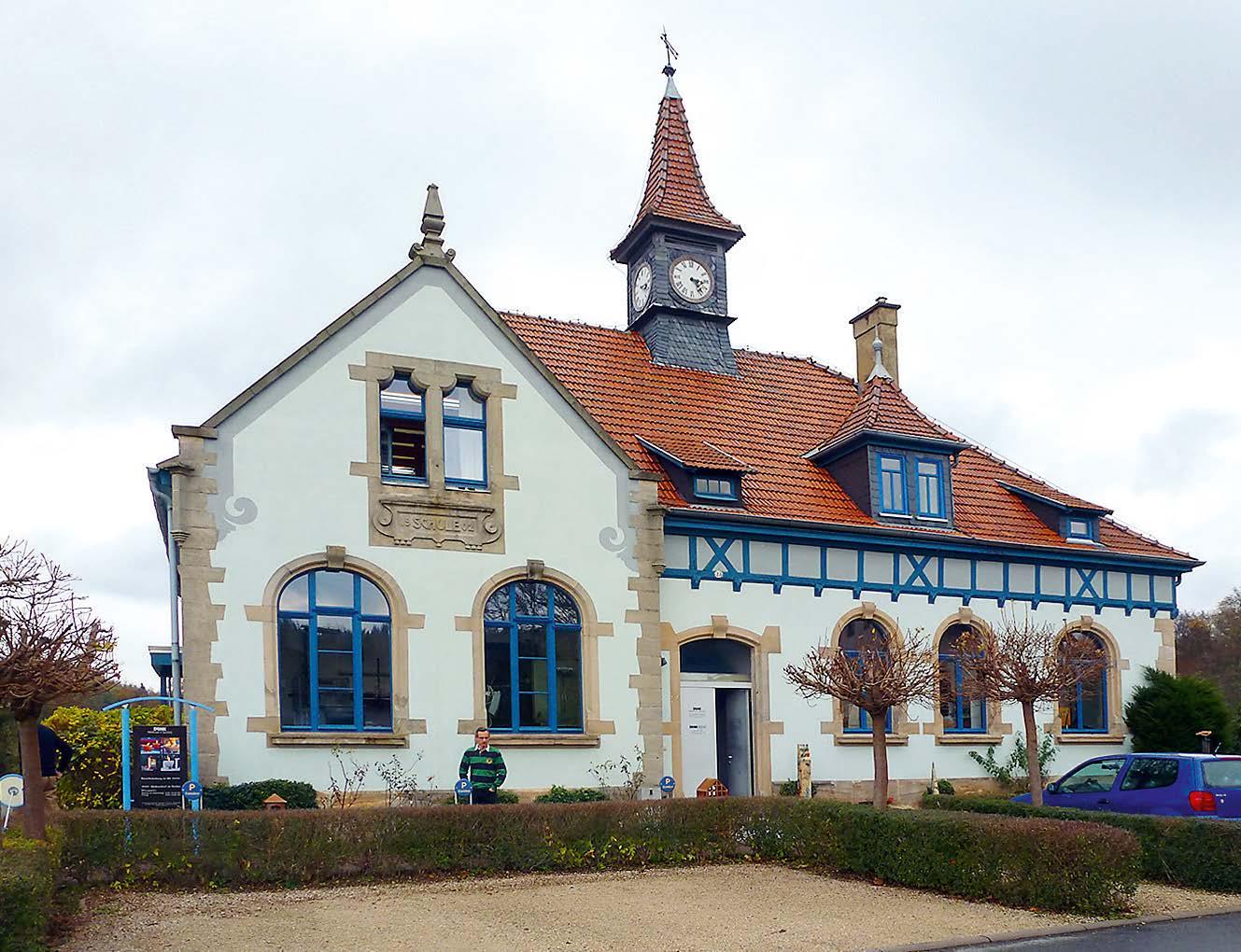 Firmensitz, der ehemaligen Schule des Ortes