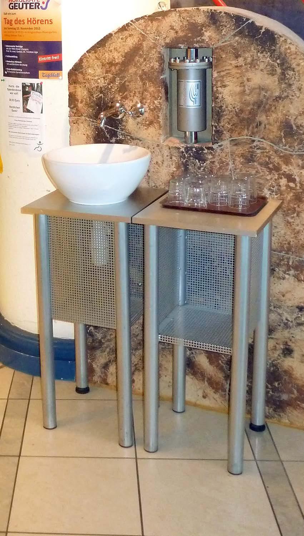 Eine Bäckerei in Coburg hat erfolgreich das 3-Quellen Gerät in der Backstube eingesetzt; daraufhin installierte sie ein 2. Gerät, wo sich Kunden und Café-Gäste kostenfrei bedienen können.