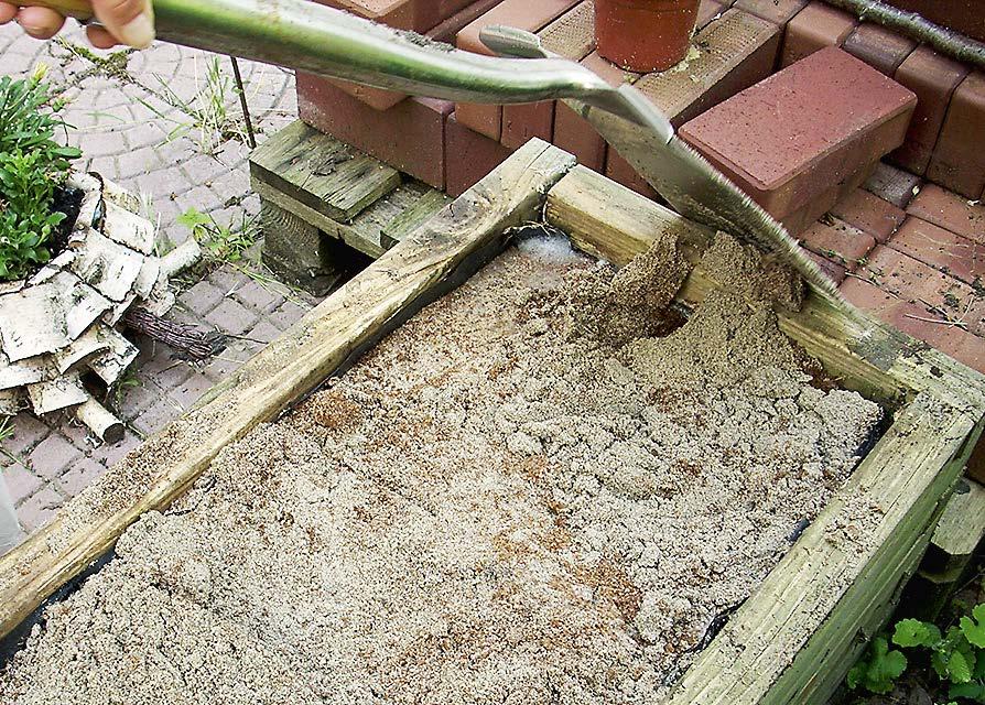 Nach einigen Tagen wird das Bokashi mit dem Sand vermischt.