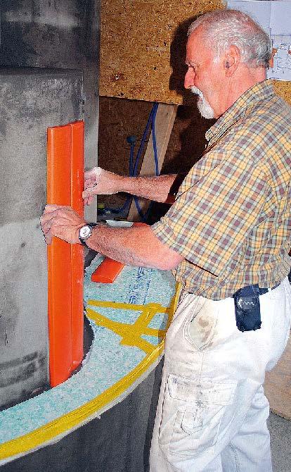 Der Hafnermeister beim Anpassen der EM-Keramikplatten, die speziell für diesen Kaminofen hergestellt wurden.