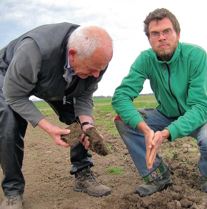 EM-Spezialist Ernst Hammes aus Goch mit Ben Klepp bei einer Spatenprobe (Anzahlder Regenwürmer) auf einer der Flächen der Biolandwirte in Neukamern.