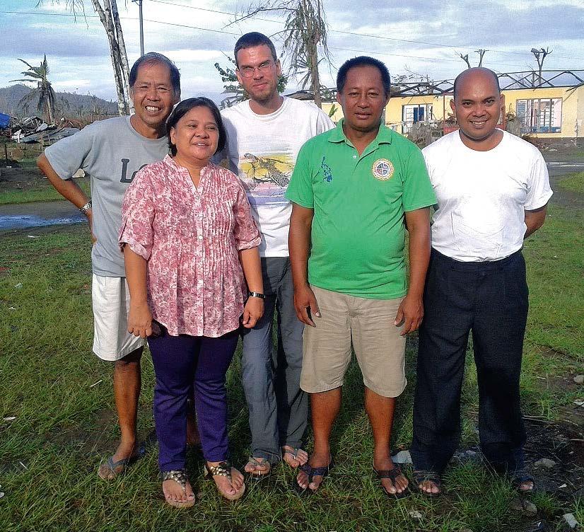 Ben Klepp mit dem Bürgermeister, dem Priester und einem aktiven Bauern-Ehepaarin dem Dorf San Joaquin