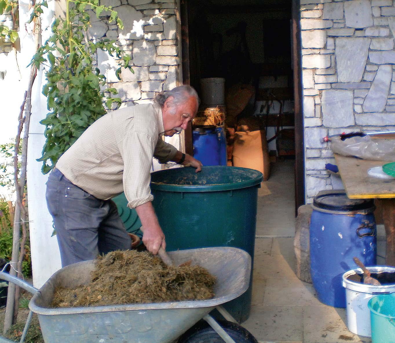Der Autor Manfred Kriegl bei der Bokashi-Zubereitung in seinem Garten