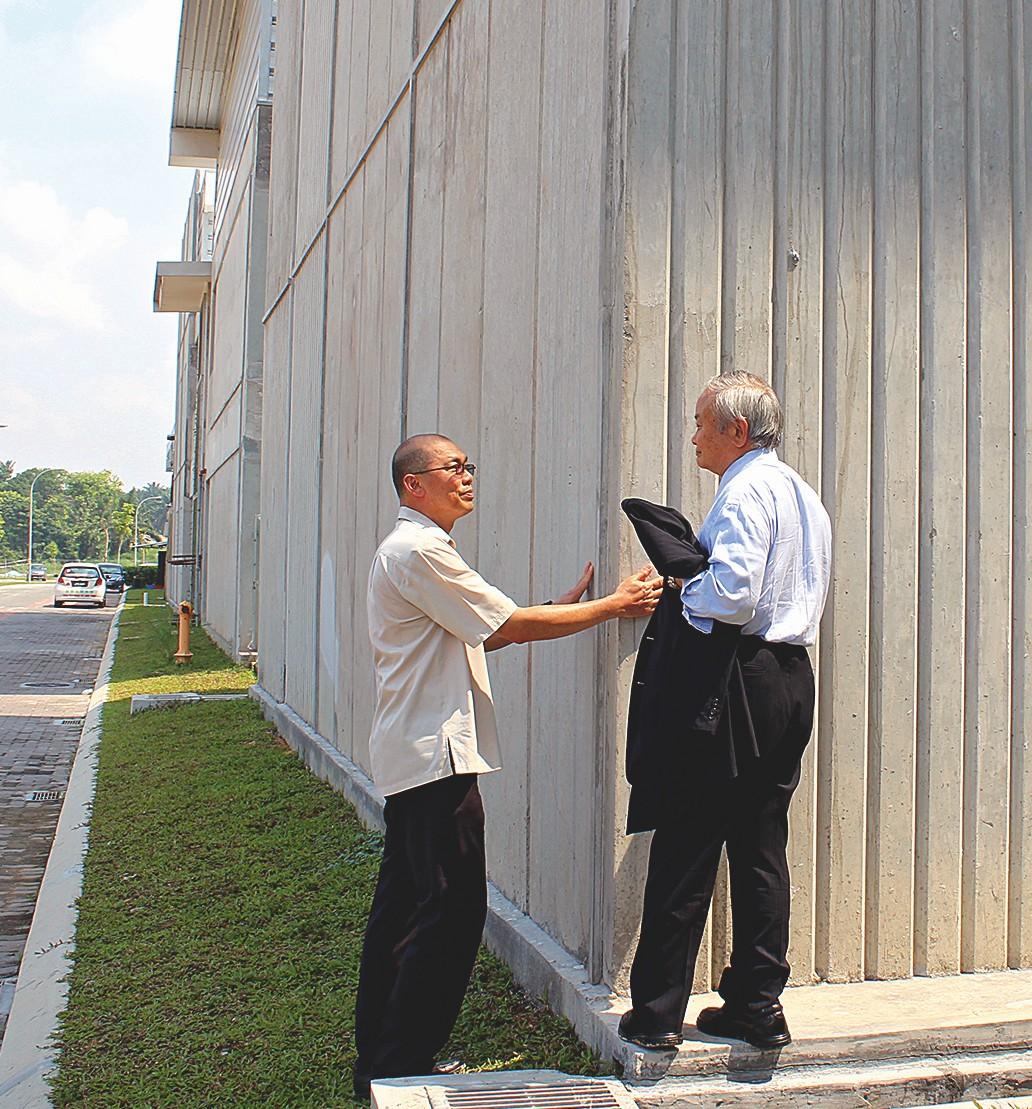 Besichtigung der Matahari Privatschule für den neuen Stadtteil, noch im Rohbau, durch eine Delegation der EMRO.