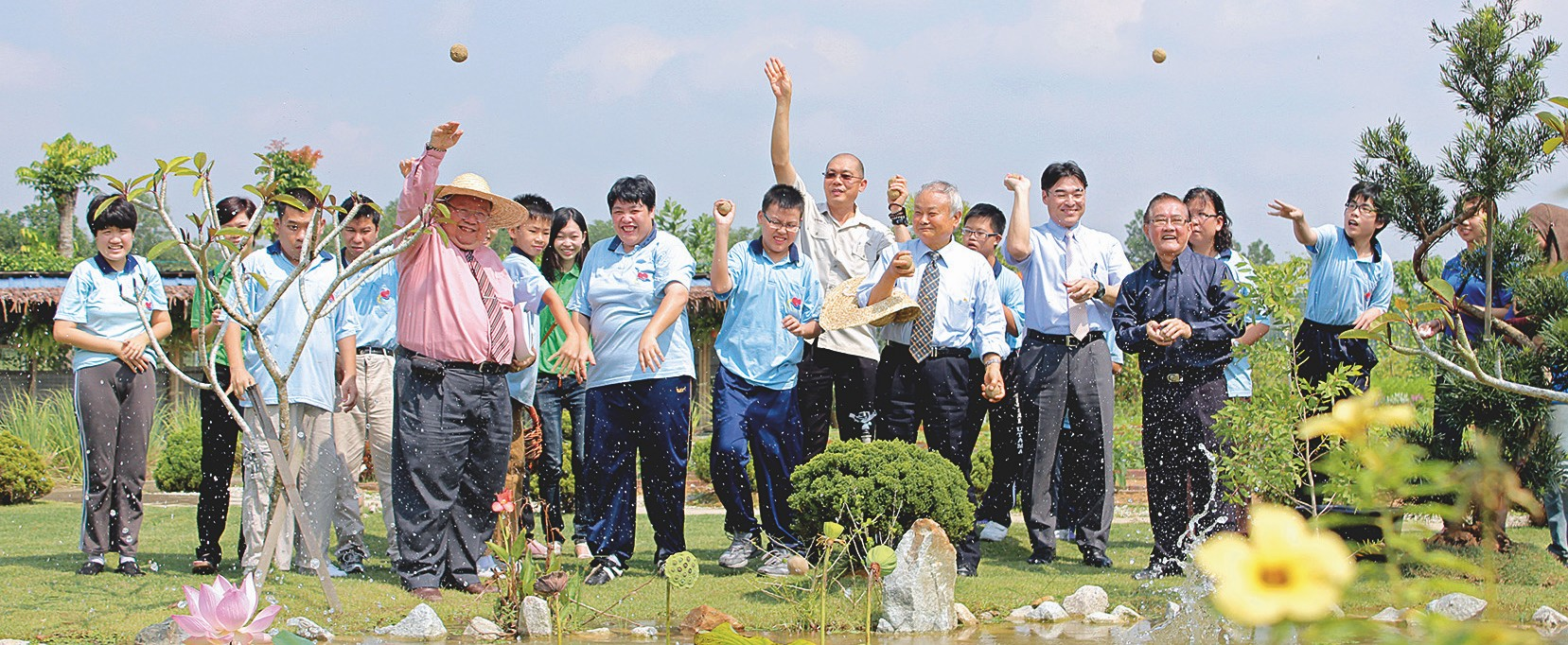 Aus Anlass des Besuches von Prof. Higa wurden EM-Dangos in den Teich geworfen, um die Wasserqualität zu verbessern.