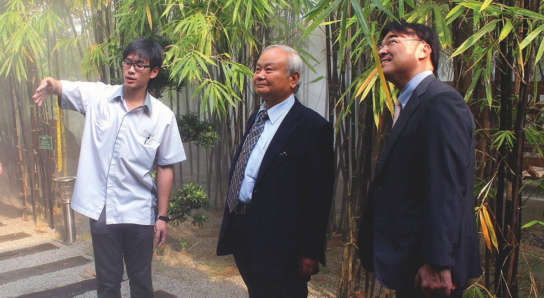 Prof. Higa und EMRO Präsident Asato besichtigen den Bambusgarten in der Öko-Stadt.