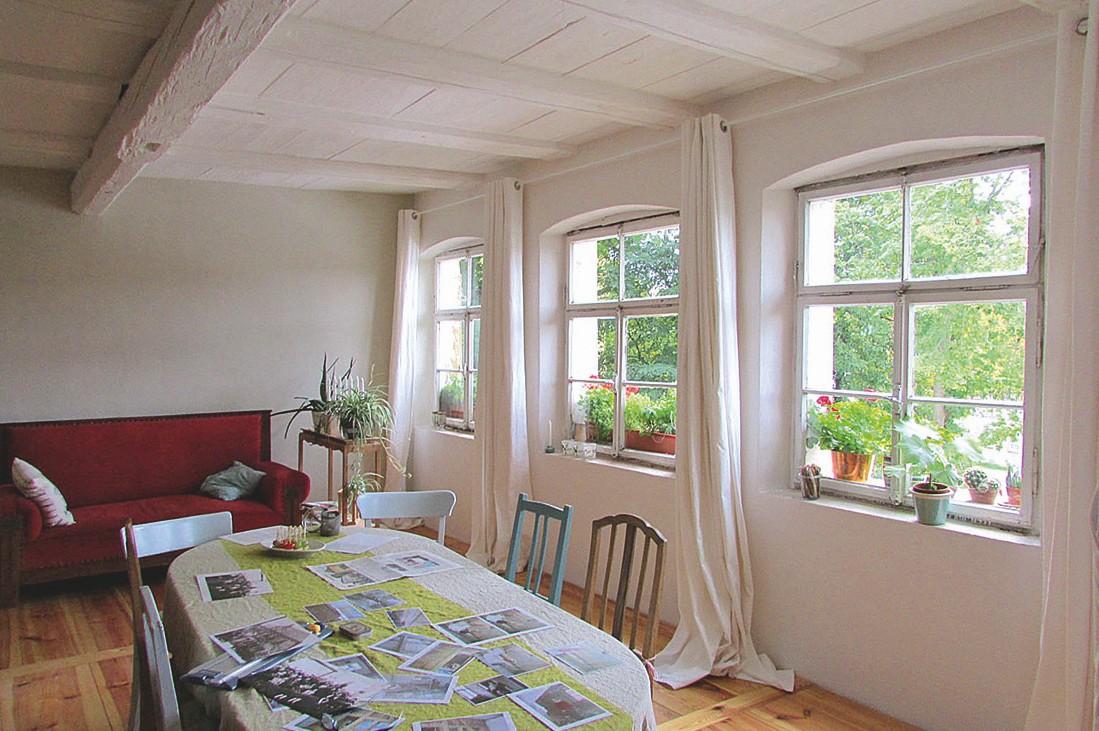 Das Wohnzimmer mit den aufgearbeiteten Holzfußboden, der alten Holzdecke und den aufgearbeiteten Fenstern (Foto: © Rolf Riedel)