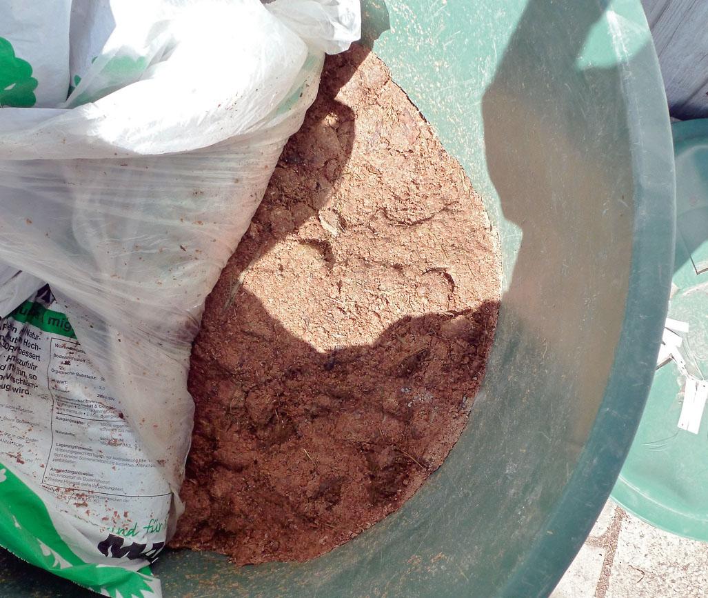 Selbst hergestelltes Bokashi ist die Grundlage für die Topferde, wird aber auch in kleinen Gebinden verkauft.