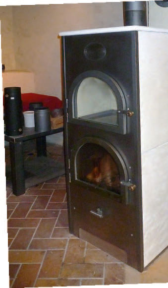 Den Römerofen, in demgeheizt und gekocht werden kann, gibt es auch kleiner, mit zwei Kammern.
