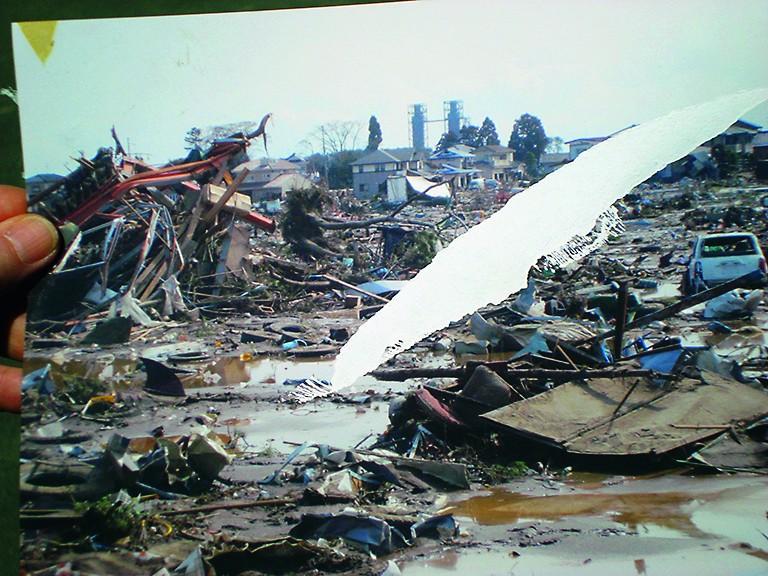 Am Tag nach dem Tsunami: Herr Suzuki zeigt ein Foto seines Grundstücks.