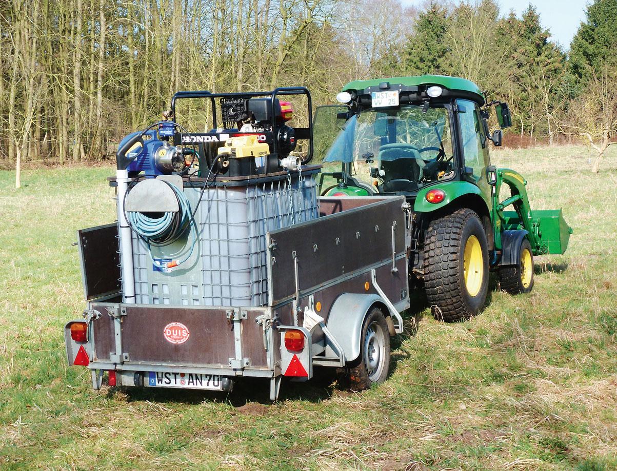 Der 1000-l Tank mit einer EMa-Wasser Lösung und der passgenau aufgesetzten Pumpe.