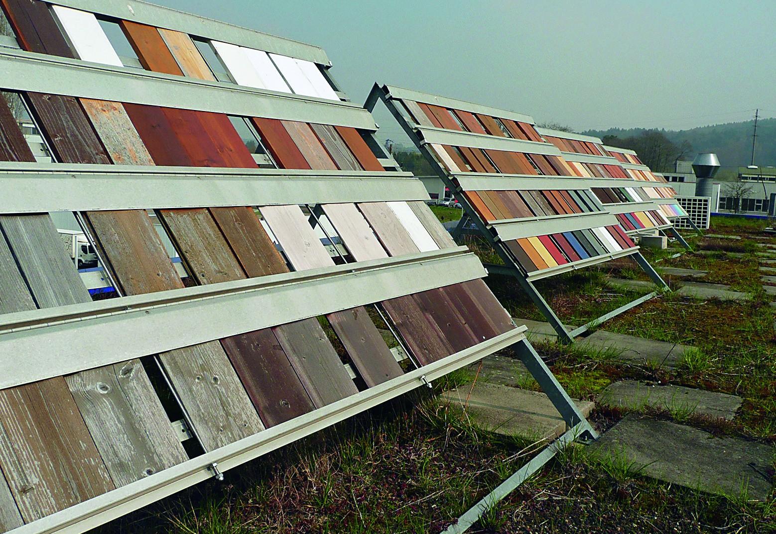 Hier wird die Qualität überprüft: Materialproben auf dem Dach der Firma