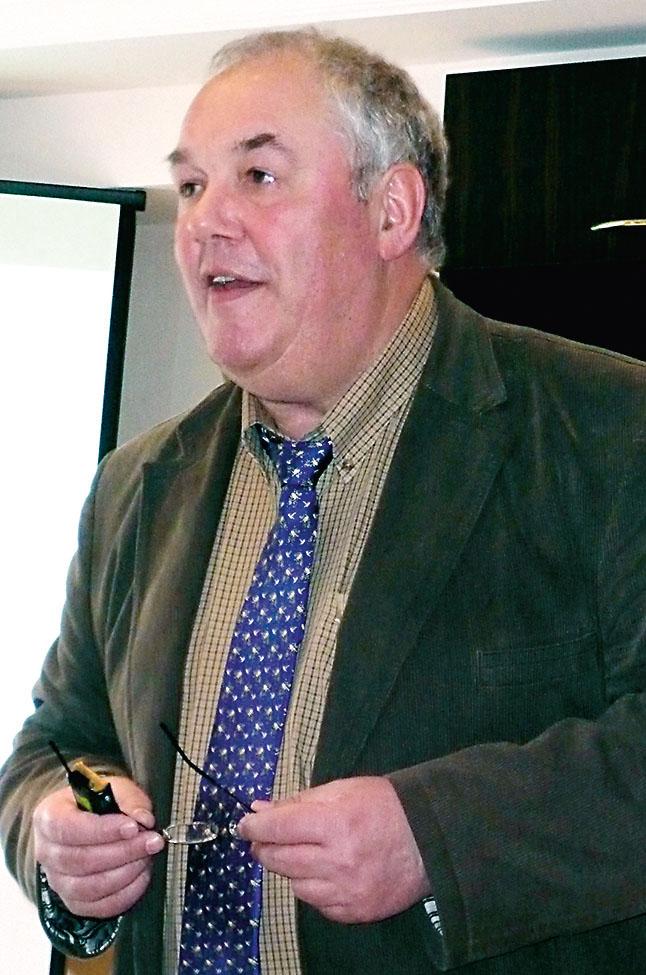 Helmut Kokemoor bei einem Vortrag