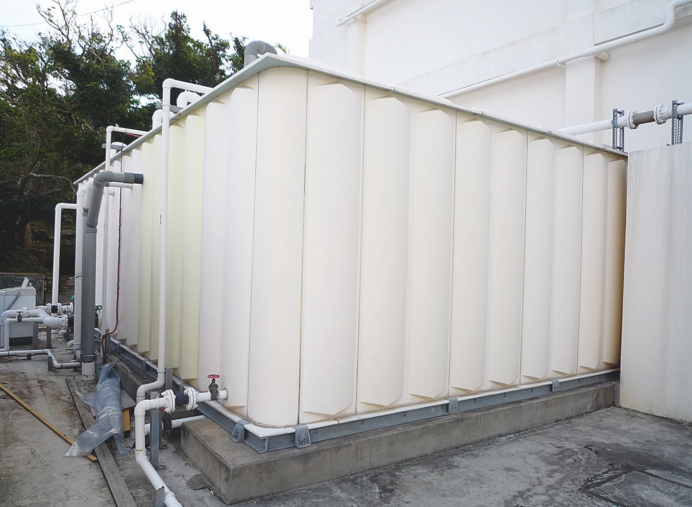 Regenwasser wird gesammelt, mit EM-Keramik behandelt und wo möglich wiederverwendet