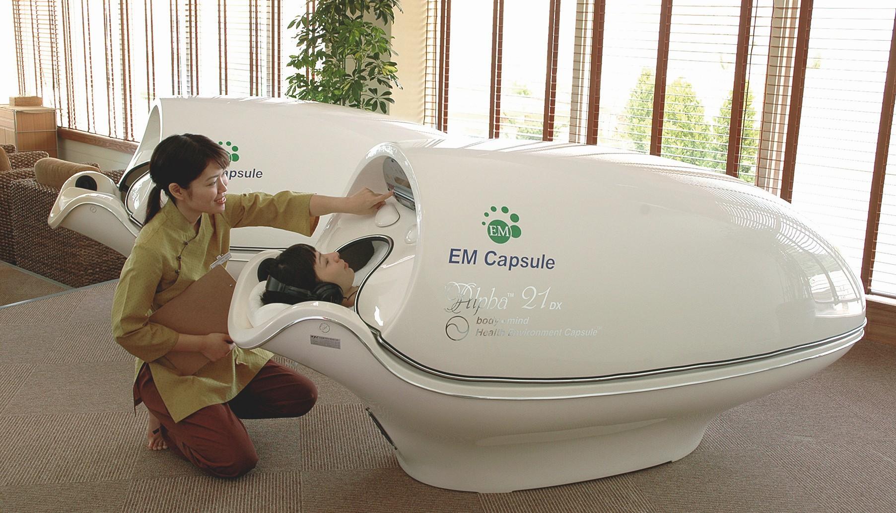 EM-Ganzkörper-Behandlung in der futuristischen EMKapsel