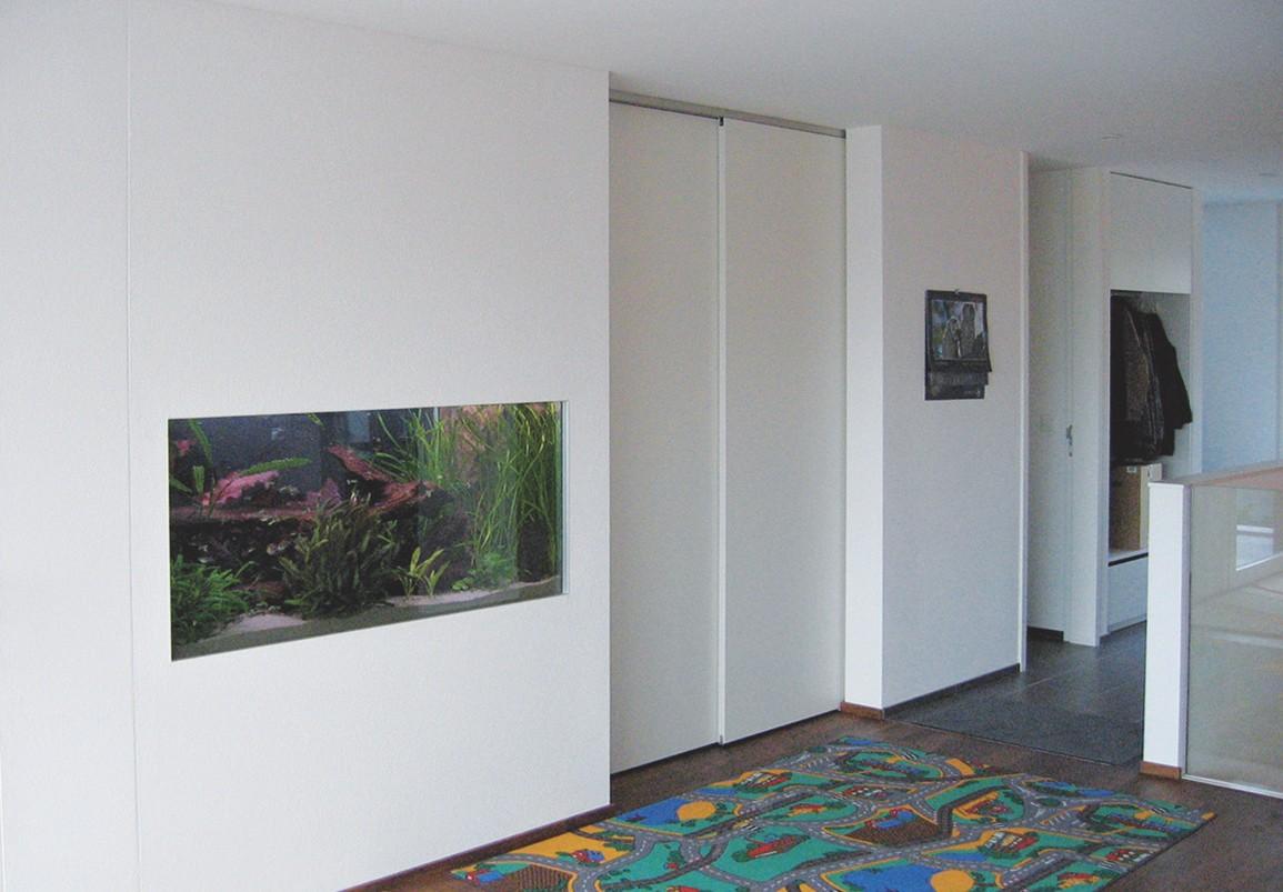 Das in die Wand eingelassene Aquarium wird u.a. mit EM-Keramik gefiltert.