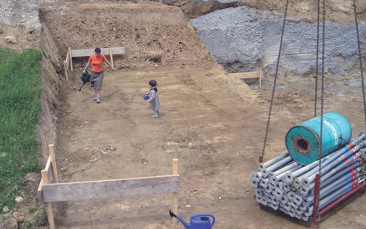 Zuerst wurde die Baugrube mit EMa begossen.