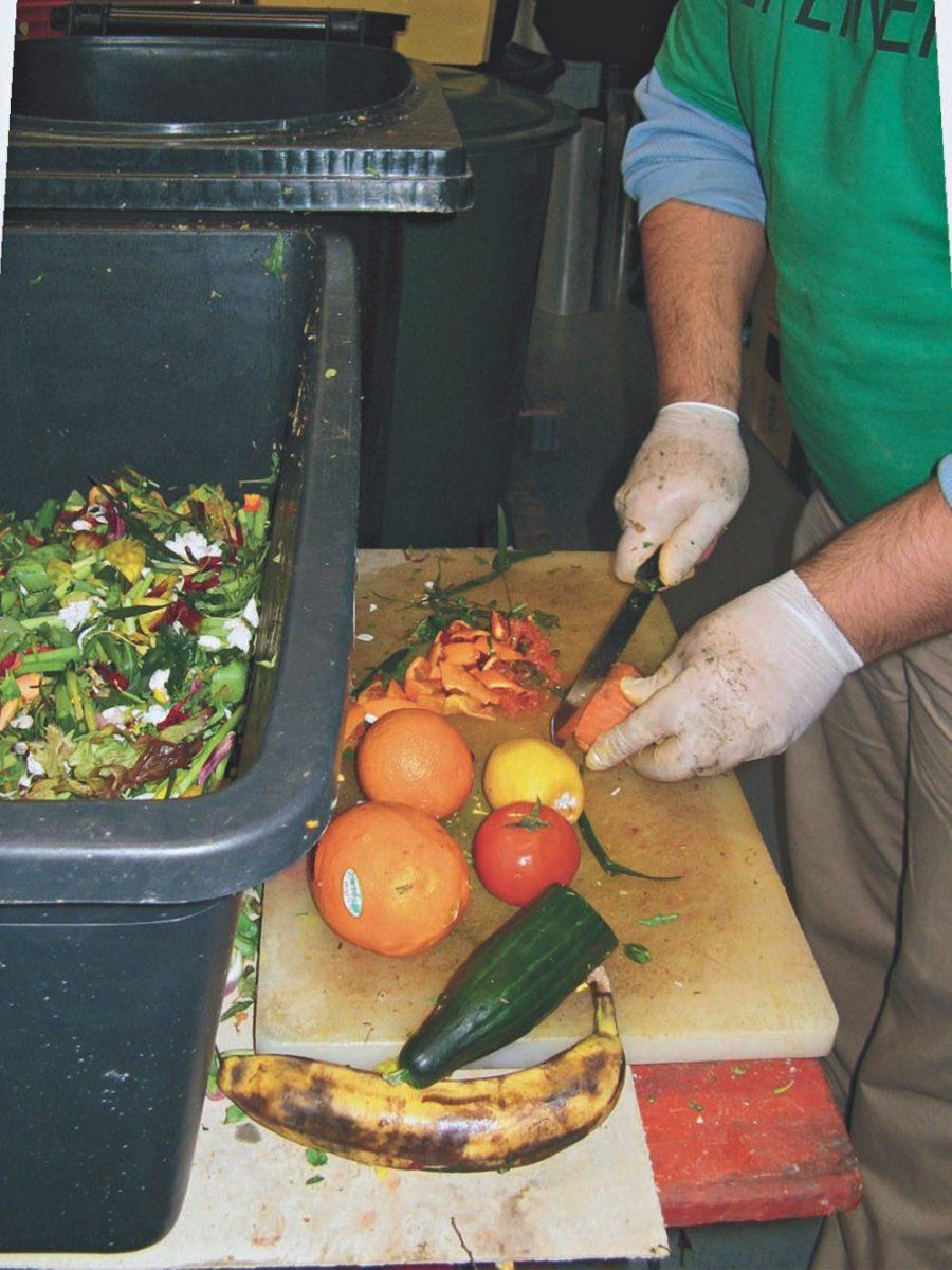 Aussortiertes Obst und Gemüse werden zerkleinert, mit EMa vermischt und in die Tonnen gefüllt.
