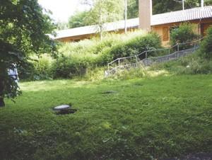 Unter der Wiese vor dem Gebäude befinden sich die Klärbecken.