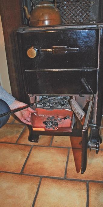 Zerstoßene Holzkohle aus dem Kaminofen