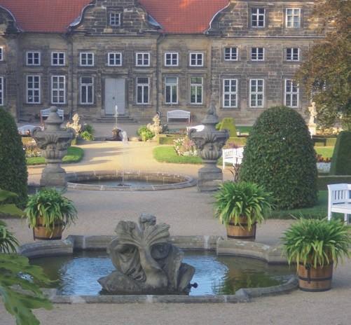 Die Brunnen liegen auf der Mittelachse der Anlage und des Schlosses.