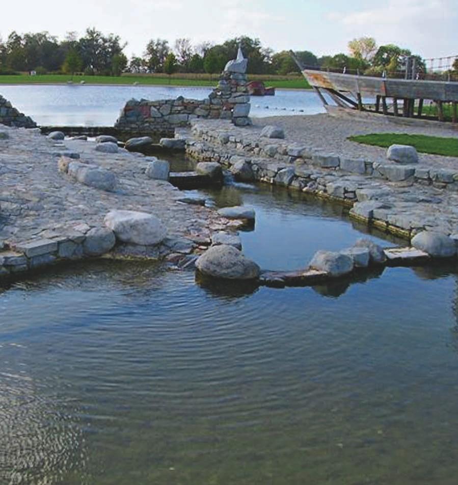 Die vielfältig gestaltete Landschaft des Naturschwimmbads in Ampfing hat wieder klares, gesundes Wasser.