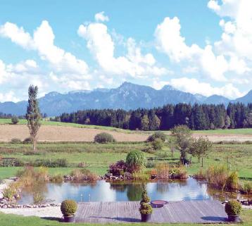 Glückliche Pensionsgäste: Schwimmen in ungechlortem, aber klaren Wasser mit Blick auf das Alpenpanorama