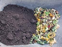 Das fertige Bokashi wird (z.B. in der Schubkarre) sorgfältig mit einfacher Gartenerde vermischt.