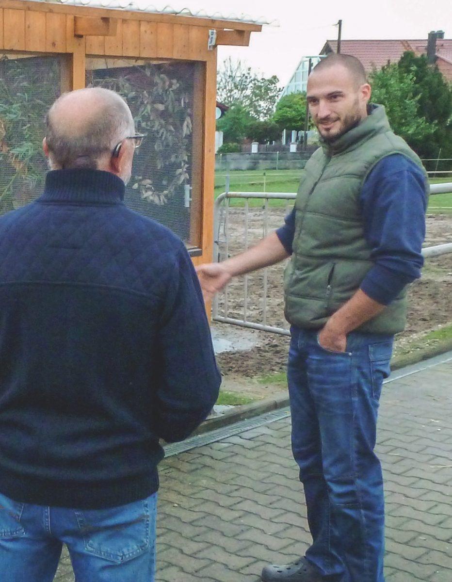 Christian Stengl mit EMBerater Karl Geisenhofer vor seiner Voliere im Garten