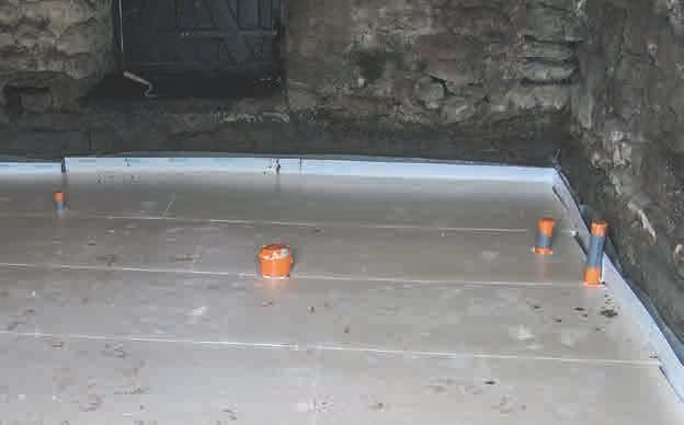 Nachdem große Mengen EM ein knappes Jahr lang in Boden und Wänden gewirkt hatten, konnte die Bodenplatte gelegt werden.