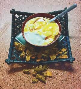 Sahne-Joghurt mit Kurkuma-Sirup