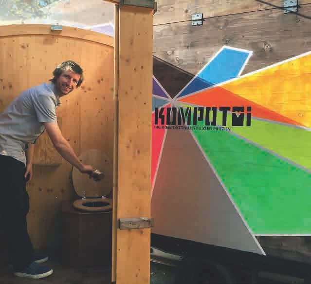 Jojo Linder in einer seiner KOMPOTOI Miet-Toiletten beim Überstreuen mit dem Holzspäne-Streu