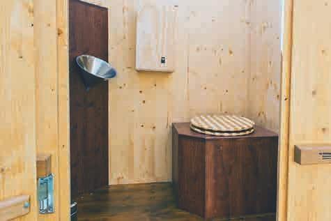 Die KOMPOTOI Komposttoilette von innen, links in der Wand der elegante Trichter als Urinoir für Männer.