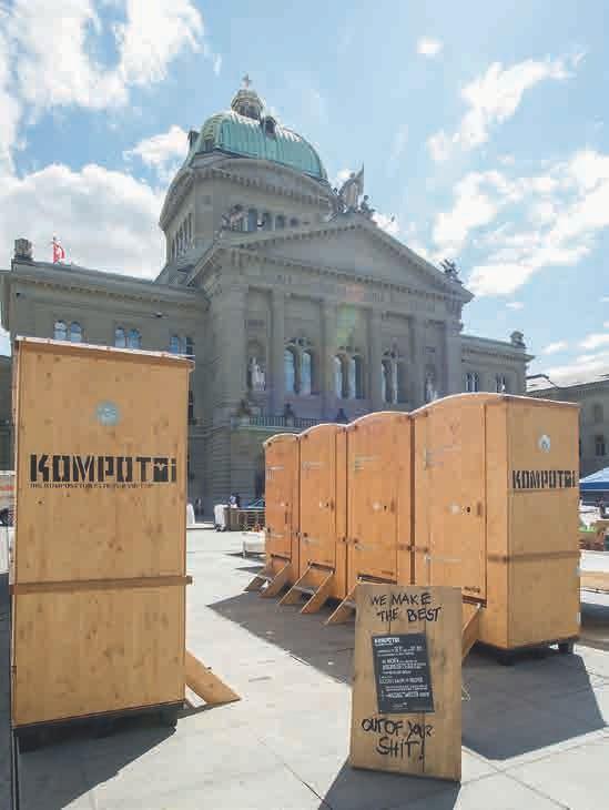KOMPOTOI Komposttoiletten vor dem Bundeshaus, dem Parlaments- und Regierungs- gebäude der Schweiz, in der Altstadt vom Bern.